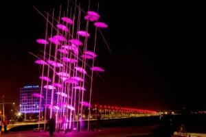 Οι «Ομπρέλες»στην παραλία Θεσσαλονίκης φωταγωγήθηκαν με ροζ χρώμα, ως σύμβολο αφύπνισης για την πρόληψη και την έγκαιρη διάγνωση του καρκίνου του μαστού. Η αστική, μη κερδοσκοπική οργάνωση ΑΕΛΙΑ (Αγάπη –Ελπίδα–Λύσεις για Ίαση και Αποκατάσταση), στo πλαίσιo των δράσεων Ενημέρωσης και Ευαισθητοποίησης για τον αγώνα κατά του καρκίνου του μαστού, σε συνεργασία με το Δήμο Θεσσαλονίκης να φωτίζει ροζ τις «Ομπρέλες». Θεσσαλονίκη, Τρίτη 21 Οκτωβρίου 2014 ΑΠΕ ΜΠΕ/PIXEL/ΜΠΑΡΜΠΑΡΟΥΣΗΣ ΣΩΤΗΡΗΣ