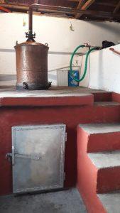 Το καζάνι το οποίο είναι χτισμένο ακριβώς πάνω από το καμίνι. Το τμήμα που φαίνεται είναι το καπάκι και είναι χωρητικότητας 180 λίτρων.